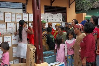 Henkel Indonesia provides emergency aid to flood victims in Tangerang