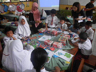 The schoolchildren of SDN Karawaci Baru 1 and SDN Karawaci Baru 5 participating actively in the coloring activity which teaches them how to conserve water and energy at home.