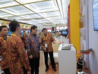 Minister of Industry Airlangga Hartarto at Henkel's booth at the Indonesia Industrial Summit 2018.